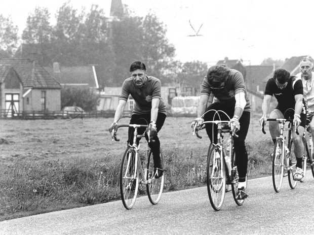 dries van agt op de fiets